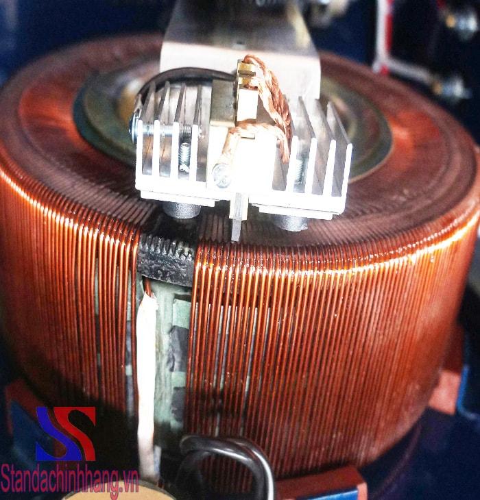 hình ảnh lõi đồng và 2 chổi than của ổn áp standa 15kva loại điện áp 50V đến 250V