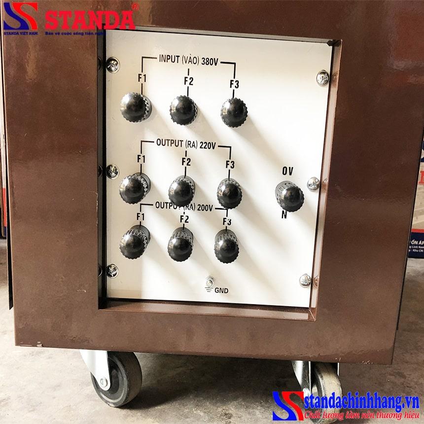 Mặt sau máy biến áp tự ngẫu Standa redsun chính hãng với các đường điện ra